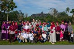 日惹,印度尼西亚- 2018年3月17日:白种人人摆在与地方人在巴兰班南寺庙在日惹 免版税库存图片