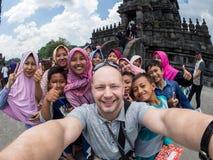 日惹,印度尼西亚- 2018年3月17日:白种人人摆在与地方人在巴兰班南寺庙在日惹 库存图片