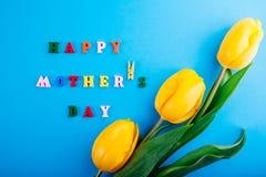 日愉快的母亲s 与黄色郁金香的字法 图库摄影