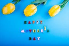 日愉快的母亲s 与黄色郁金香的字法 免版税库存图片