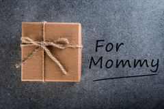 日愉快的母亲s 孩子祝贺妈妈并且礼物为新年、圣诞节、生日或者其他假日做准备 免版税库存图片