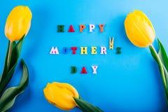 日愉快的母亲s 母亲` s日概念 与黄色郁金香的字法 免版税库存照片
