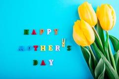 日愉快的母亲s 母亲` s日概念 与黄色郁金香的字法 免版税图库摄影
