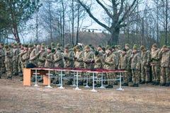 日托米尔州,乌克兰- 2018年11月21日:军队游行,红色帽子的表现 免版税库存照片