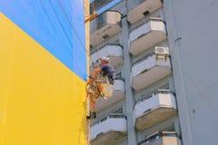 日托米尔,乌克兰- 2015年9月05日:与高压的屋顶清洁 图库摄影