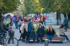 日托米尔,乌克兰- 2017年10月04日:享受秋天的人们在Gagarin& x27; s公园 库存图片