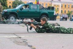 日托米尔,乌克兰- 2015年5月03日:在一个树桩的愉快的青少年的男孩射击在竞争 免版税库存照片