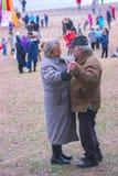 日托米尔,乌克兰- 2015年10月03日:在公园海滩的老夫妇跳舞 库存照片
