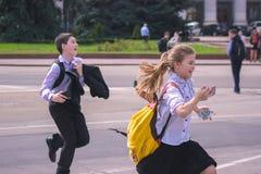 日托米尔,乌克兰- 2015年9月03日:孩子跑在学校 库存照片