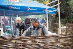 日托米尔,乌克兰- 2017年10月14日:开放节日人烹调传统快餐 免版税库存图片