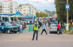 日托米尔,乌克兰- 2015年9月05日:指挥在横穿路的交警汽车 库存图片
