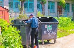 日托米尔,乌克兰- 2015年9月03日:搜寻在捶打容器的Homeles人食物 库存照片