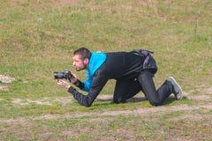 日托米尔,乌克兰- 2015年9月03日:滑稽的无固定职业的摄影师画象  免版税库存图片