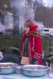 日托米尔,乌克兰- 2016年12月05日:烹调在冬天的红色海角女孩 免版税库存图片