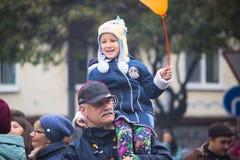 日托米尔,乌克兰- 2015年10月19日:父亲和儿子走的街道的坦率的图象 库存照片