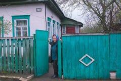 日托米尔,乌克兰- 2015年5月03日:老妇人住在被放弃的村庄在pripyat附近 免版税库存图片