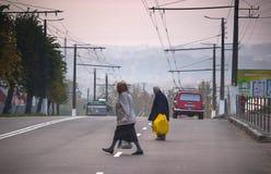 日托米尔,乌克兰- 2015年10月03日:老妇人走在街道 免版税图库摄影