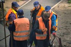 日托米尔,乌克兰- 2017年10月05日:观点的工作的建筑工人户外 免版税库存图片