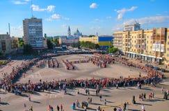 日托米尔,乌克兰- 2014年5月19日:跳舞在球的军事和民用人民 免版税库存图片