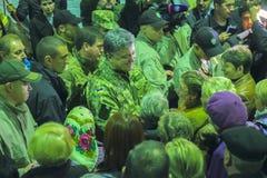 日托米尔,乌克兰- 2014年10月10日:Petro波罗申科总统在开头坦克工厂参与了 库存照片