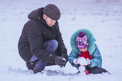日托米尔,乌克兰- 2016年1月11日:人们做雪人 库存图片