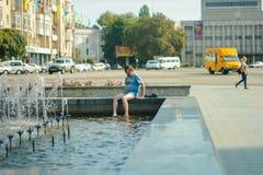 日托米尔,乌克兰- 2014年7月12日:出逃从在一个城市喷泉的热的老人在中心 免版税库存图片