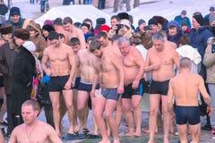 日托米尔,乌克兰- 2016年1月19日:庆祝突然显现的人们 免版税库存图片