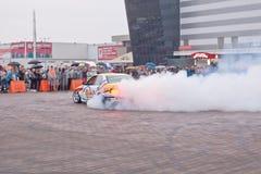 日托米尔,乌克兰- 2015年9月05日:炫耀在烟云的一辆汽车 免版税图库摄影