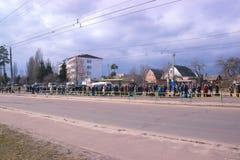 日托米尔,乌克兰- 2015年10月08日:等待公共汽车的乘客 图库摄影