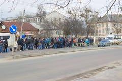 日托米尔,乌克兰- 2015年10月08日:等待公共汽车的乘客 免版税库存照片