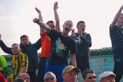 日托米尔,乌克兰- 2017年5月21日:足球迷在一个开放领域的足球赛 免版税库存图片