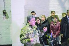 日托米尔,乌克兰- 2014年10月10日:Petro波罗申科总统在开头坦克工厂参与了 免版税库存照片