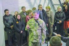 日托米尔,乌克兰- 2014年10月10日:Petro波罗申科总统在开头坦克工厂参与了 免版税库存图片