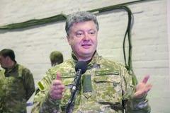日托米尔,乌克兰- 2014年10月10日:Petro波罗申科总统在开头坦克工厂参与了 库存图片