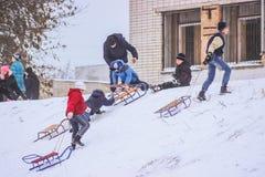 日托米尔,乌克兰- 2016年1月11日:Sledding在冬天 免版税库存图片