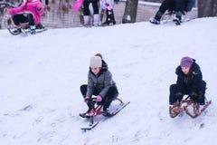 日托米尔,乌克兰- 2016年1月11日:Sledding在冬天 库存图片