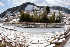 日日本乘客多雪的培训 库存图片