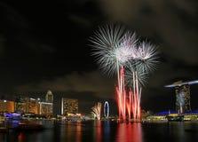 日显示烟花国民新加坡 免版税库存照片