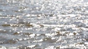 日晕在许多defocused河波浪被反射 股票视频