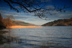 日晴朗爱尔兰的湖 图库摄影