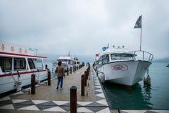 日月潭在南投县,台湾游艇轮渡码头 免版税库存照片