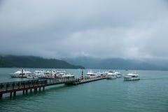 日月潭在南投县,台湾游艇轮渡码头 免版税库存图片