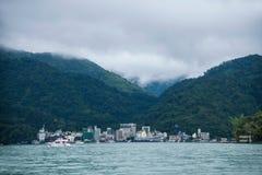 日月潭在南投县,台湾从梭乘客游艇 图库摄影