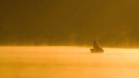 日有薄雾捕鱼的湖 免版税图库摄影