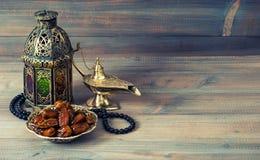 日期、阿拉伯灯笼和念珠 伊斯兰教的假日 免版税库存照片