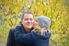 日期。 少妇亲吻一个微笑的人。 免版税库存照片