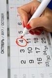 日期2017年10月4日在日历被标记 免版税库存照片