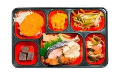 日本三文鱼烤的和其他的食物套在箱子 免版税库存图片