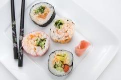 日本与筷子和酱油的桃红色寿司 图库摄影