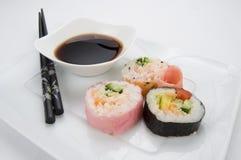 日本与筷子和酱油的桃红色寿司 免版税库存照片